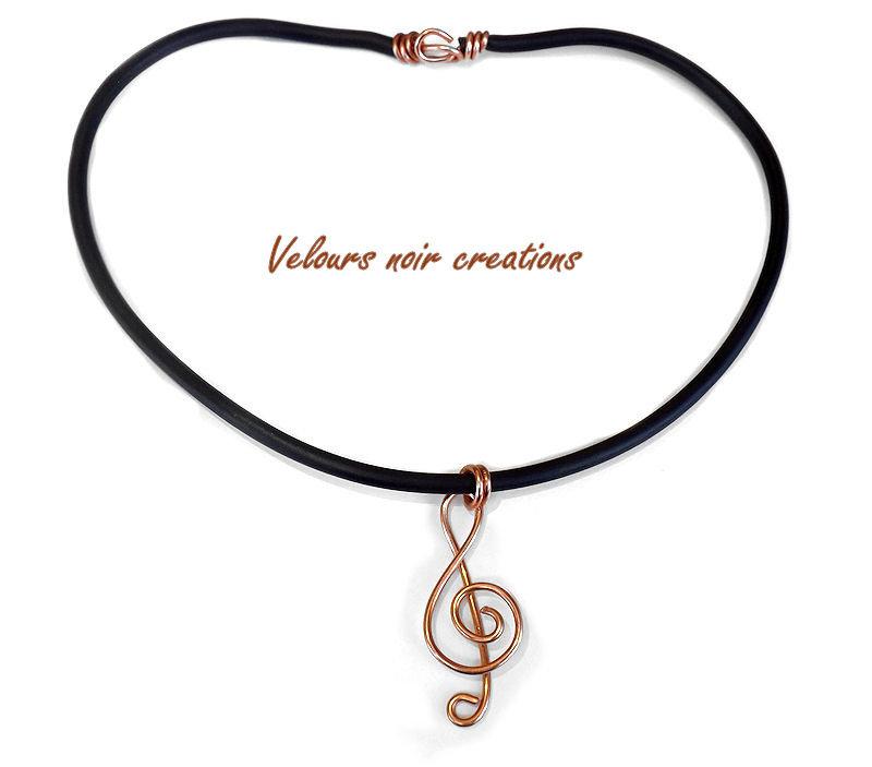 collana con chiave di violino creata a mano in rame