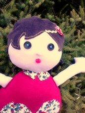 Bambola di stoffa morbidamente imbottita: ogni bambola è diversa dall'altra!