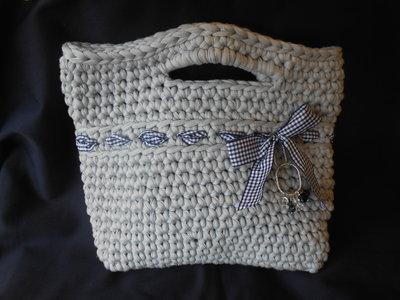 Borsa   in fettuccia  grigio  perla con fiocchetto e cristalli, in regalo portachiavi  borsettina..