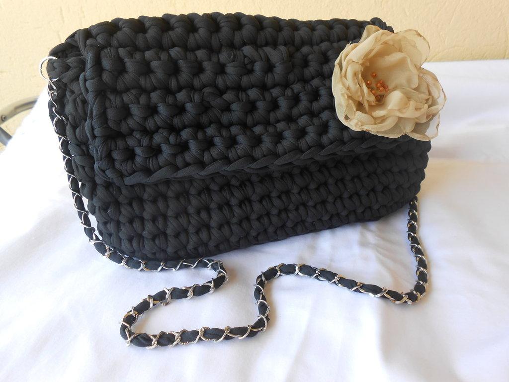 Borsa  pochette  fatta a mano con  fettuccia nera  con   fiore  beige in organza ,in  regalo  portachiavi  borsettina.