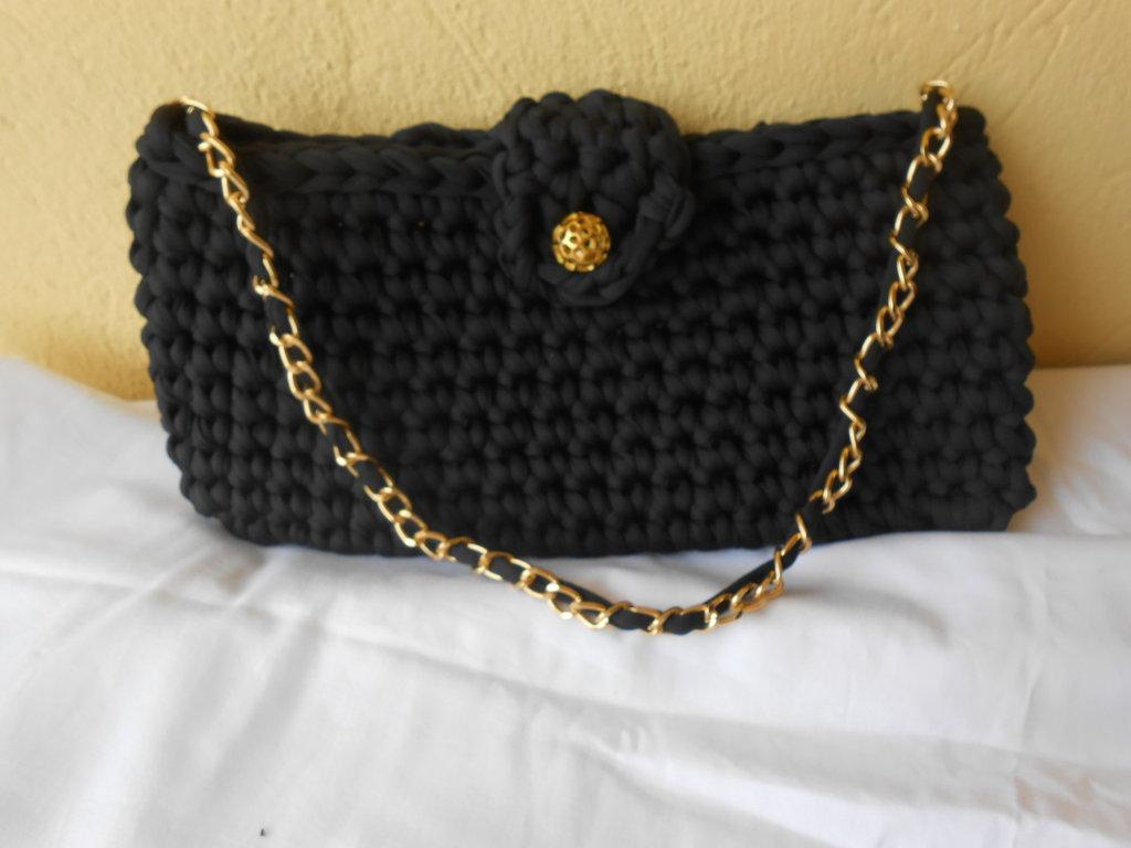 Borsa pochette  in  fettuccia  nera con  bottone gioiello e tracolla in catena..