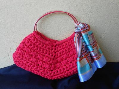 Borsa in fettuccia a triangolo con foulard colorato.