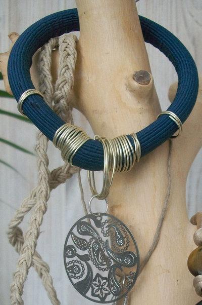 Bracciale artigianale in stile egiziano impreziosito da medaglietta decorata