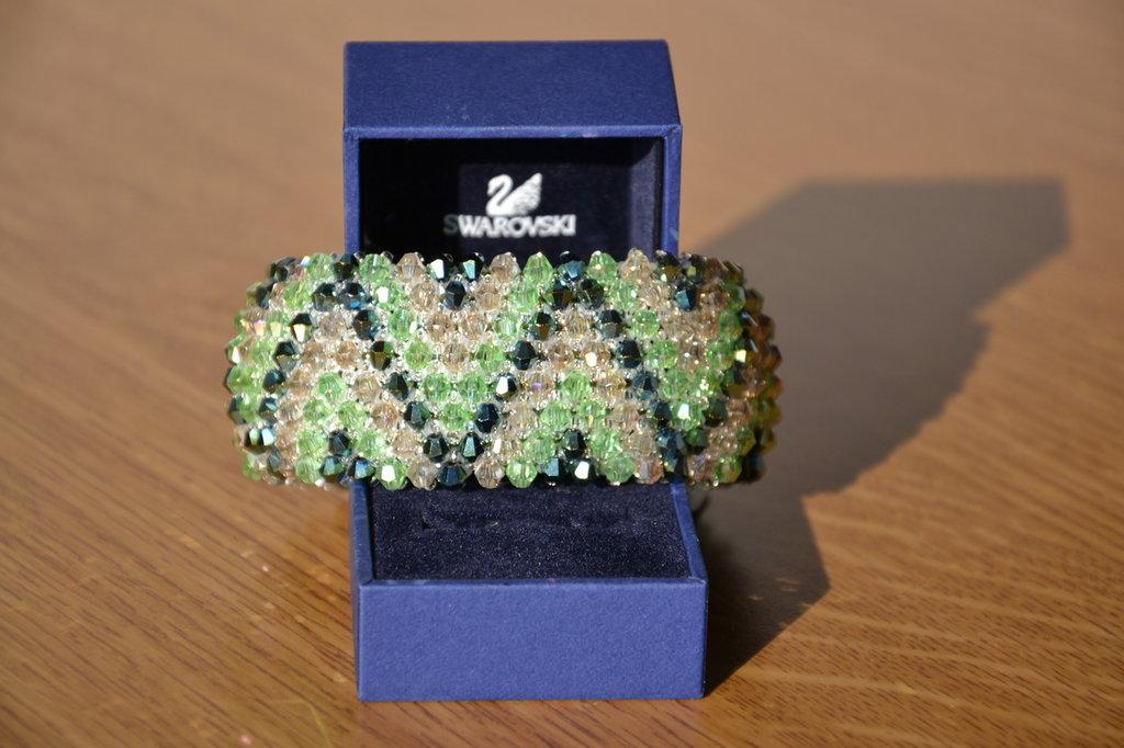 """Bracciale """"Capricho"""" con biconi simil Swarovski di colore verde scuro,verde chiaro e beige"""