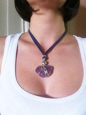 Collana elegante e unica realizzata con ametista, inserti in metallo e alcantara.