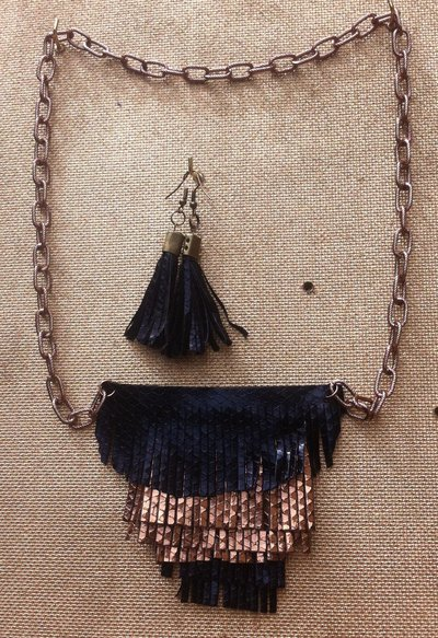 collana + orecchino frange ecopelle nero-bronzo