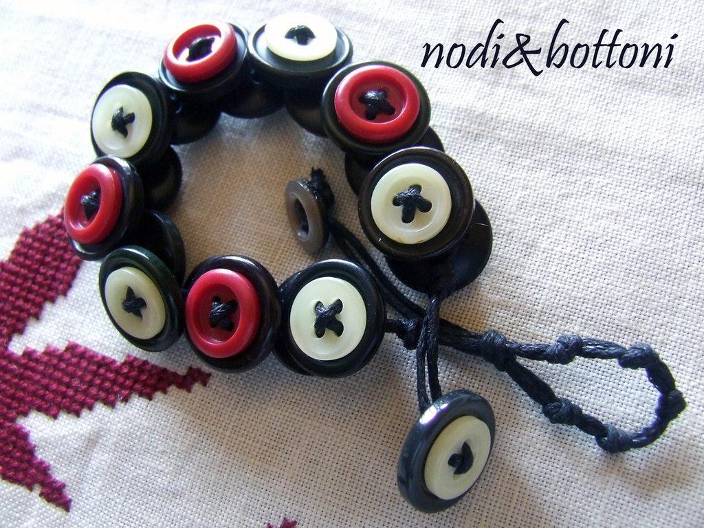 Braccialetto con bottoni bianchi,rossi, neri, e sui toni del bruno