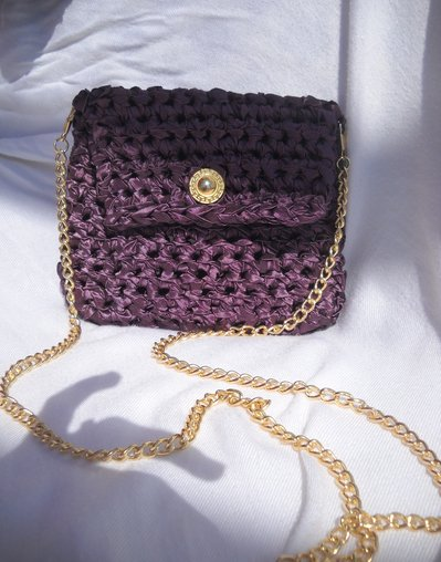 Pochette in taffetà color vino con catena dorata in metallo lunga con bottone