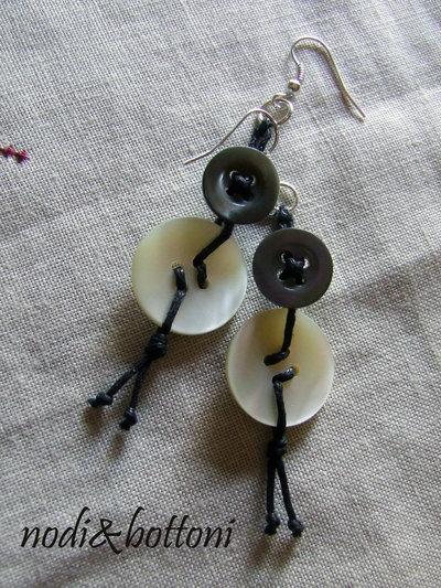 Orecchini pendenti, grigio e bianco madreperla