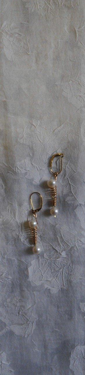 orecchini fatti a mano in bronzo con perle coltivate naturali.