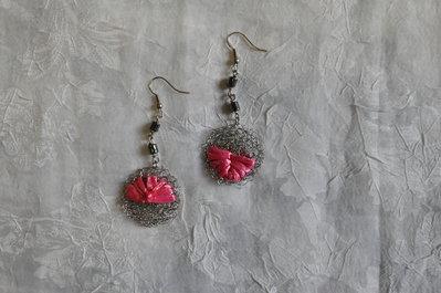 Orecchini fatti a mano in acciaio e motivo fatto con rafia rosa, con motivi in ematite.