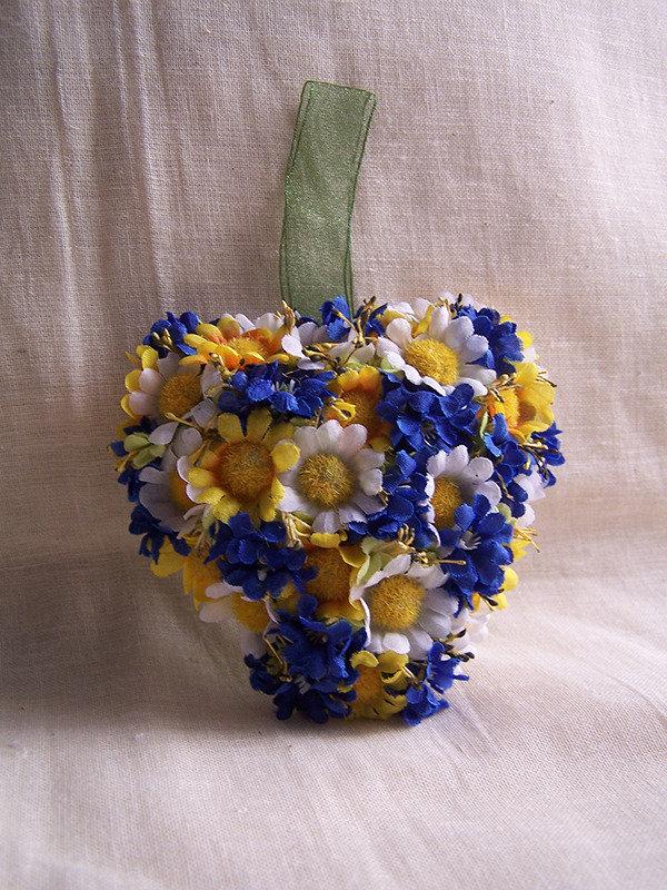Cuore fiori blu e gialli