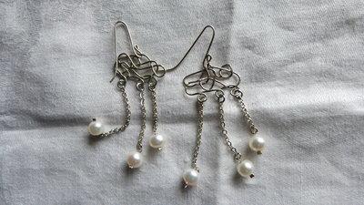 Orecchini fatti a mano in alpacca con perle coltivate naturali.