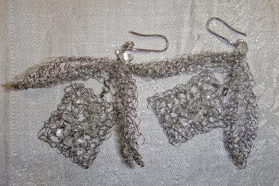 Orecchini fatti a mano in acciaio con sassolini di cristallo.