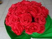 rose rosse in carta crespa