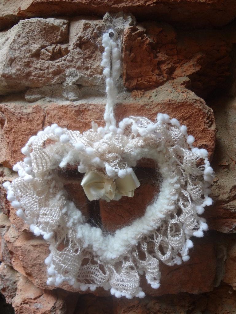 romantico cuore in lana  con fiocco centrale di raso e rouche di  rete di lana sintetica