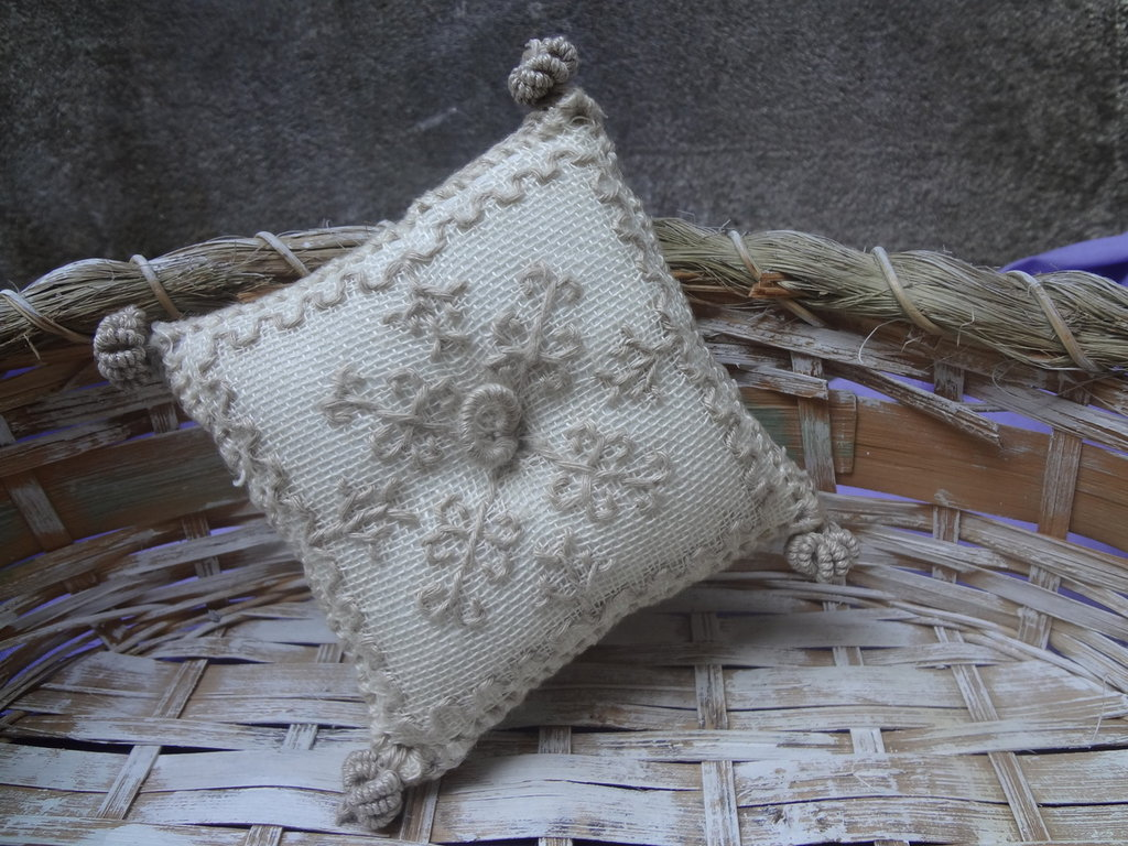 cuscinetto ricamato a punto Madama  con piccoli fiocchetti fatti ad ago a punto vapore