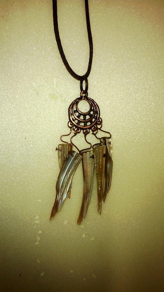 collana  con ciondolo  in metallo ramato scuro e pietre di madreperla a forma di scheggia