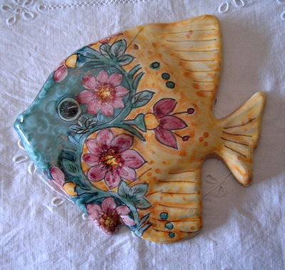 Pesce murale in maiolica .Realizzato interamente a mano.Dipinto a mano decoro Geo/Floris e Floris