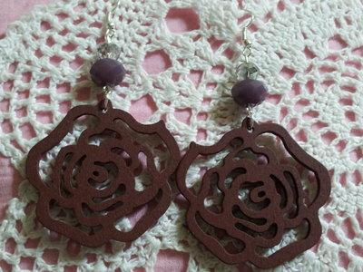 Orecchini in legno intagliato a forma di rosa