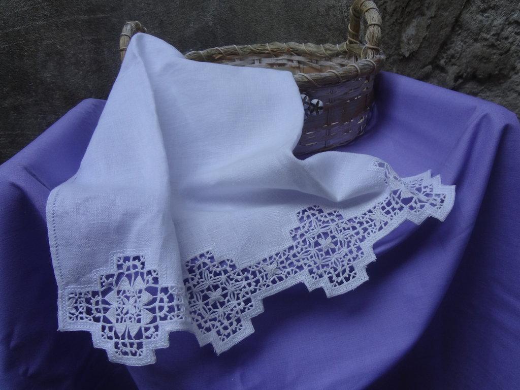 prezioso asciugamano per ospiti in puro lino  ricamato a reticello