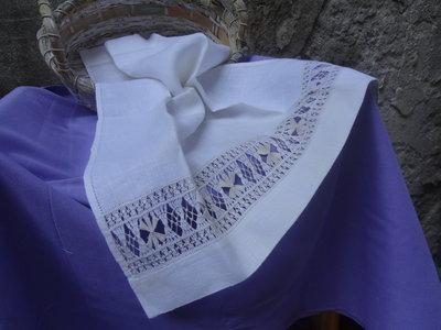 asciugamano per ospiti in lino bianco,  con importante sfilatura ricamata con filato ecrù