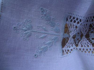 asciugamano per ospiti in candido lino bianco ricca sfilatura centrale e delicati motivi a punto antico