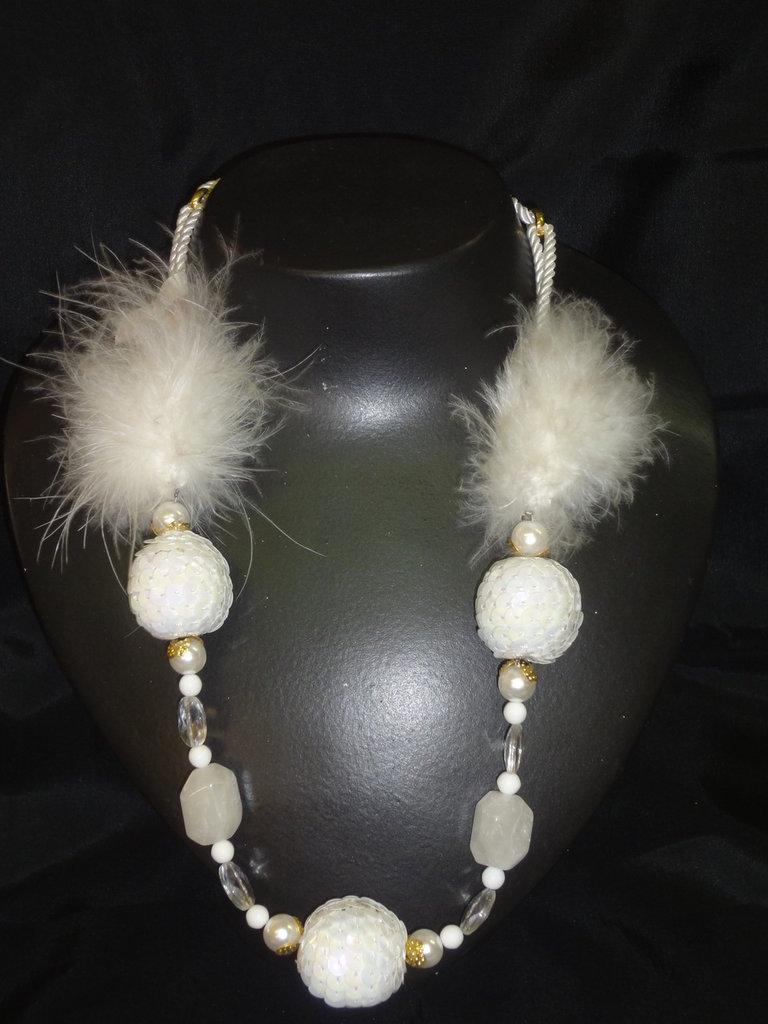 collana con perlone in piumino bianca  realizzata a mano