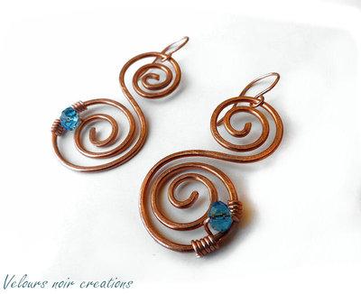 Orecchini spirali in rame e cristalli azzurri