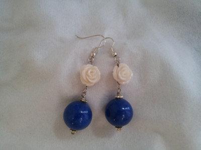 Orecchi con rosa e agata blu
