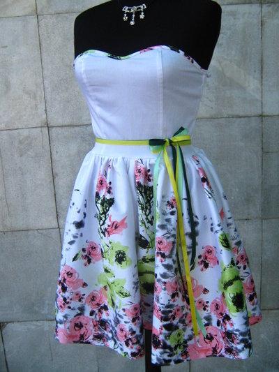 Vestito delle signore alla moda, fiori rosa