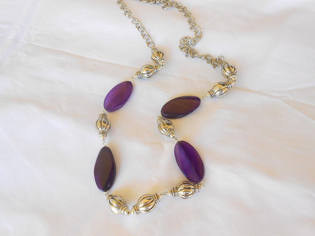 Collana  con  agate viola e catena in metallo color argento. idea regalo. .