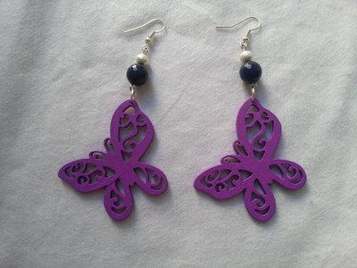 Orecchini in legno intagliato a forma di farfalla