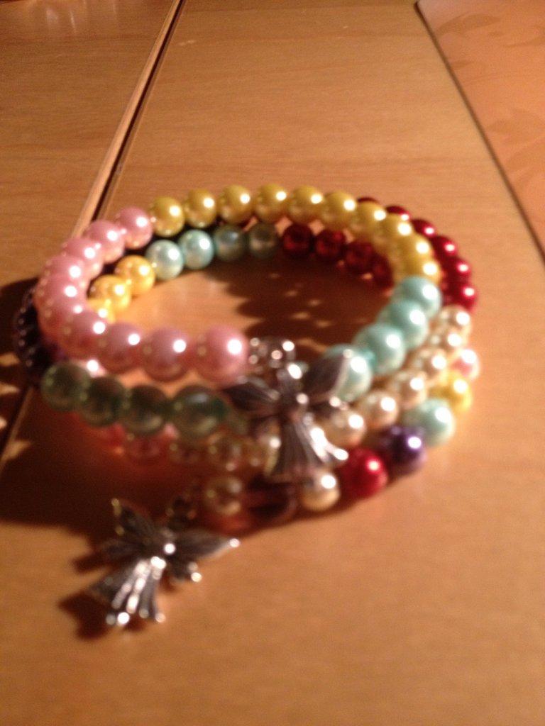 Bracciale con perle cerate e charms