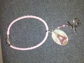 bracciale intrecciato rosa con medaglietta resina