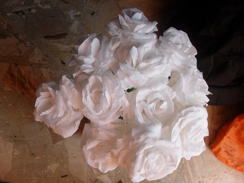 rose  bianche in carta crespa