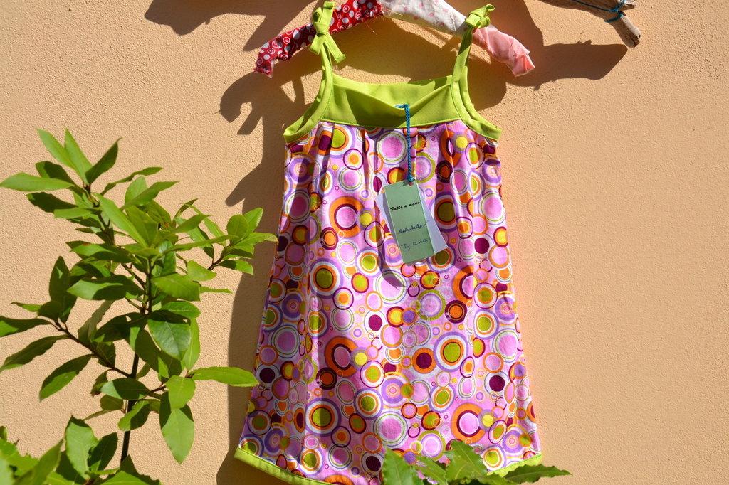 vestitino rosa con cerchi multicolore per bambina fatto a amno in tessuto naturale