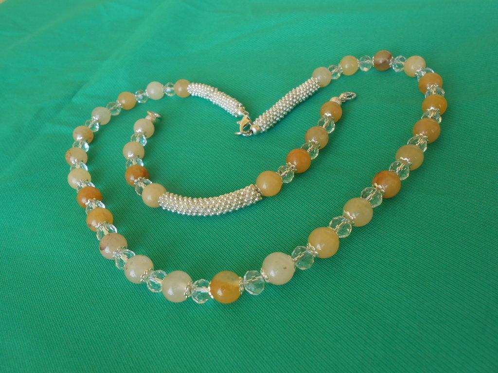Parure collana e bracciale con agate gialle e cristalli bianchi.