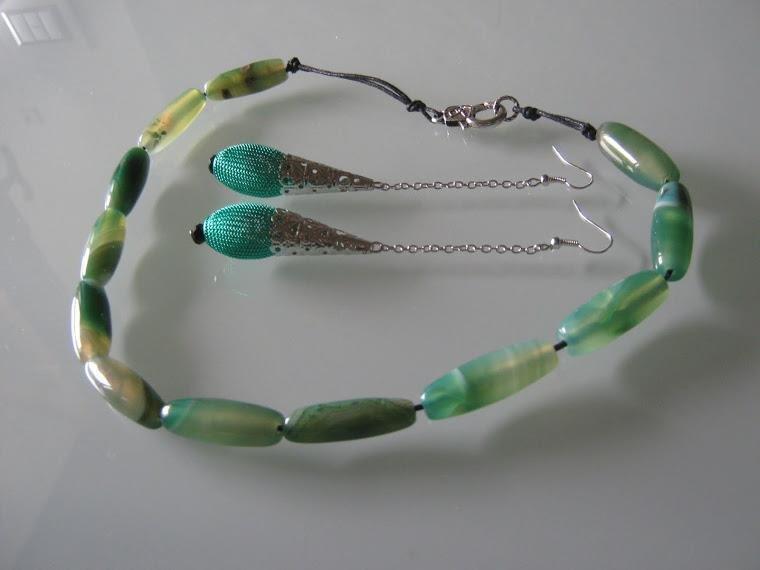 art  158 collana in agata bianco verde  trasparente, perle drum, con orecchini e argento tibetano anallergico