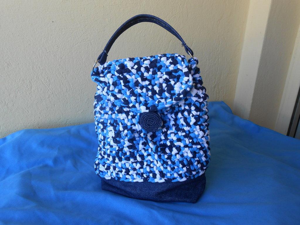 Borsa  zainetto in   fettuccia blu, bianca, azzurra e jeans ,in  regalo portachiavi .