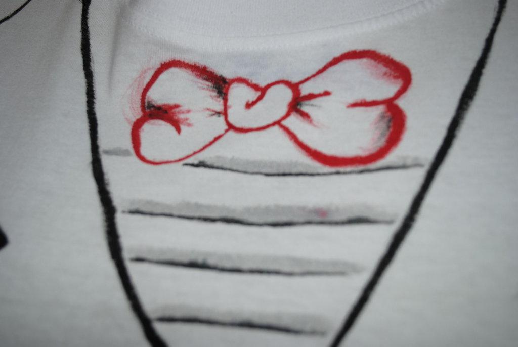 t-shirt dipinta a mano con farfallino
