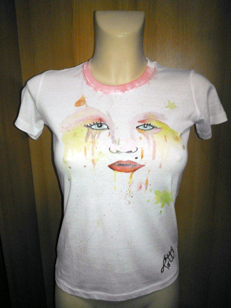 t-shirt dipinta a mano con occhi sciolti