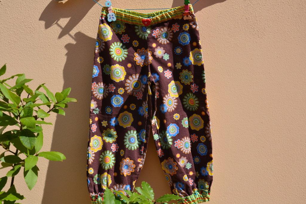 pantaloni  bambina colore marrone con fiori multicolore in cotone fatti  mano