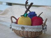 Cestino con mele e uva in maglia