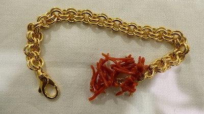 Bracciale in ottone bagnato in oro 18K e corallo.