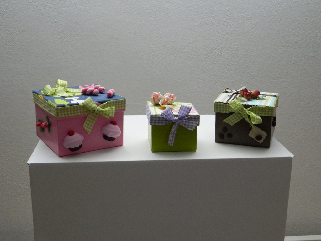 Tris di scatole con fiori in seta e pasta fimo
