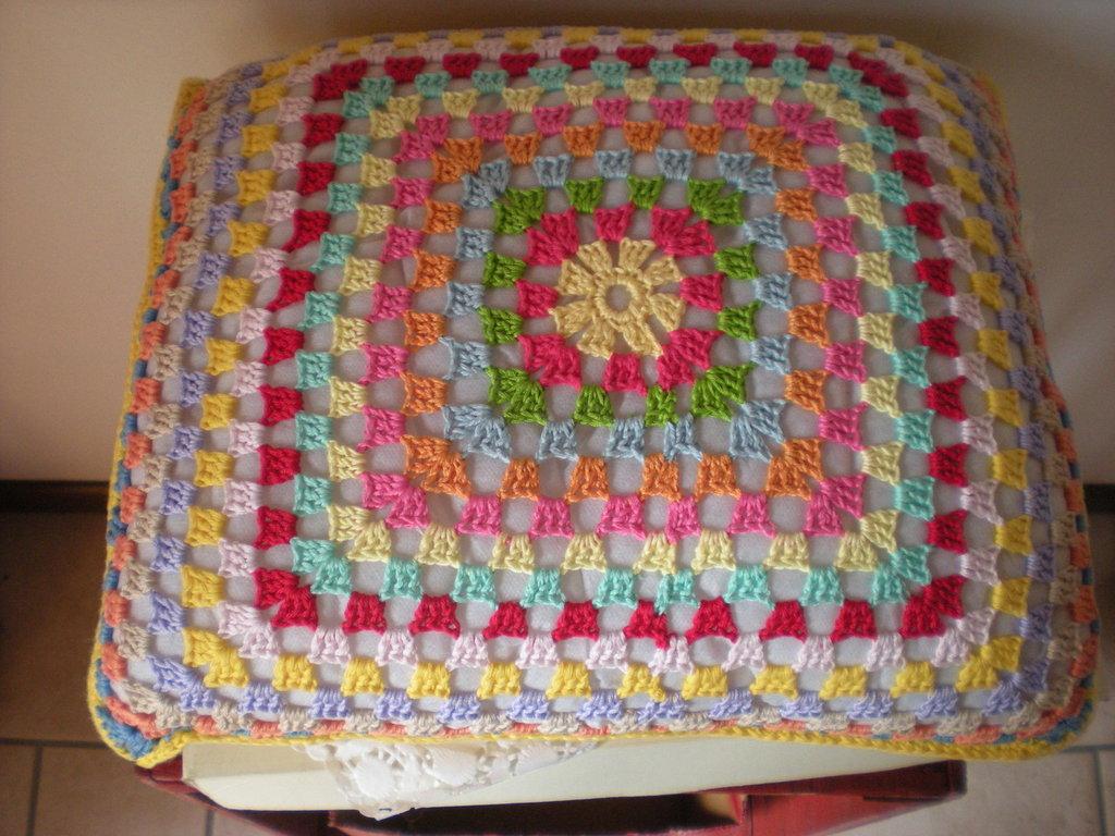 Cuscino multicolor all'uncinetto