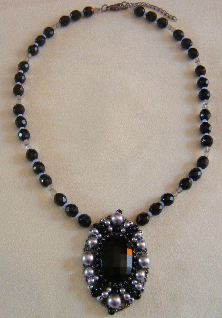 collana con mezzo cristallo nero ,conteria e ciondolo con perline e strass grande