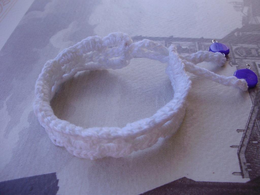 BRACCIALE in puro cotone realizzato a uncinetto, regolabile la chiusura con due cuori in madreperla finali