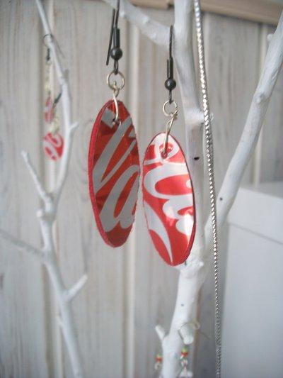 Orecchini ovali pendenti realizzati con lattina di coca-cola